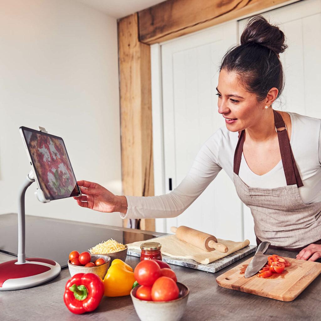 Met iPad koken in de keuken GOOS-E