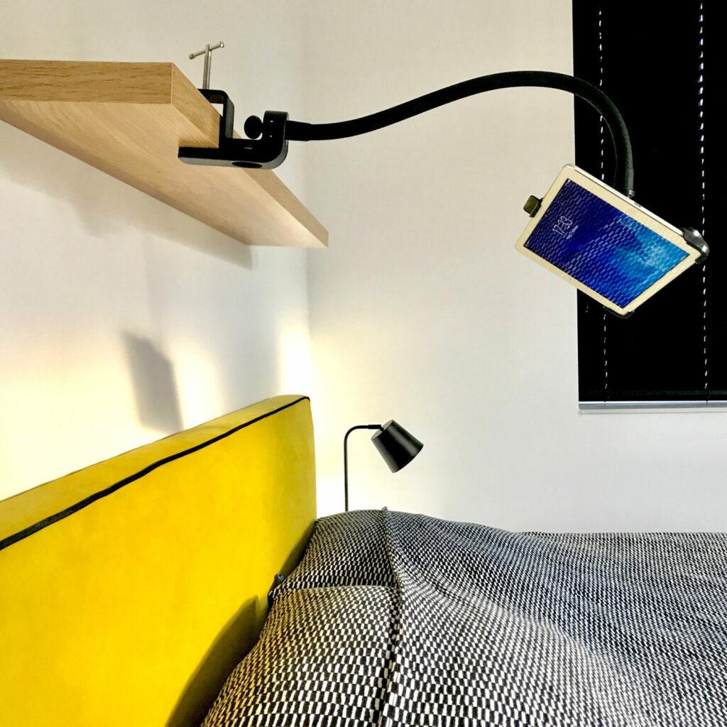 iPad boven je hoofd kijken met tablet houder GOOS-E